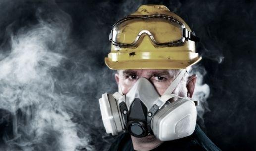 Na smog obyčajný respirátor nestačí.